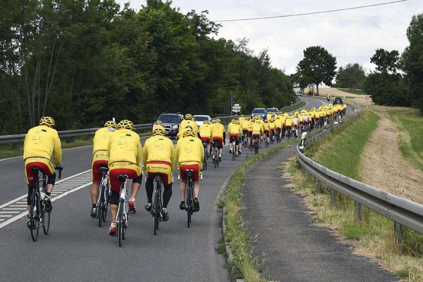 Tour Ginkgo Teilnehmer fahren auf der Straße