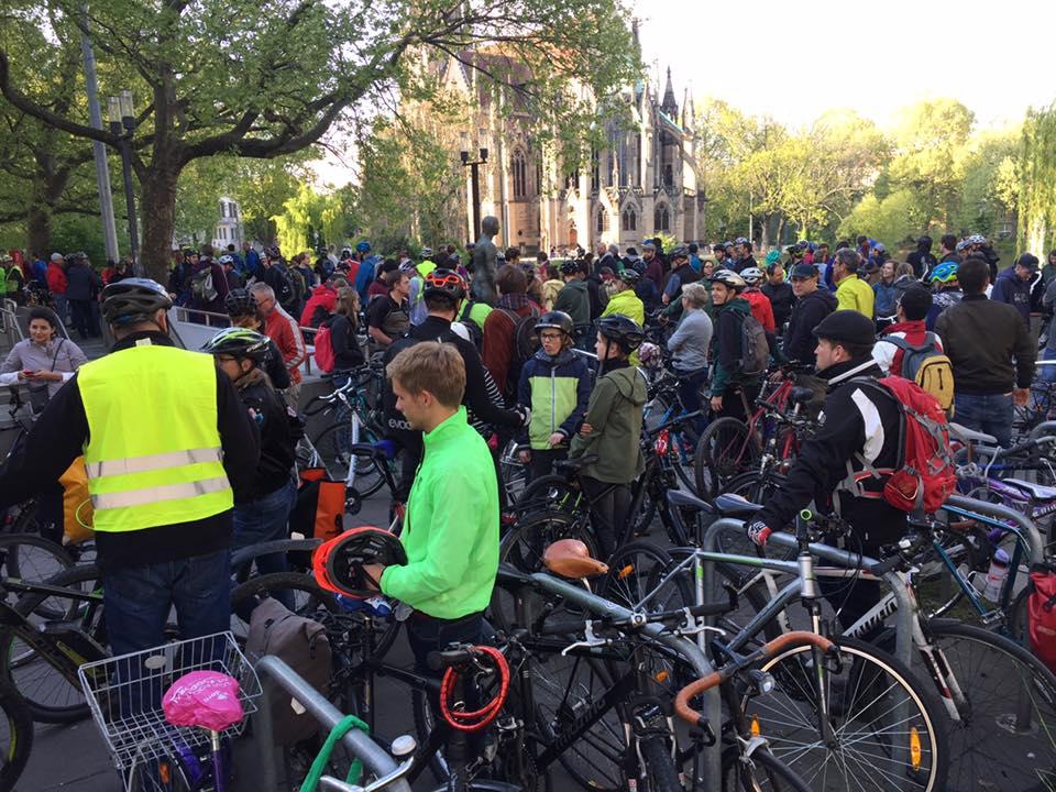 Alle Teilnehmer der Critical Mass Stuttgart auf dem Treffpunkt am Rotebühlplatz.