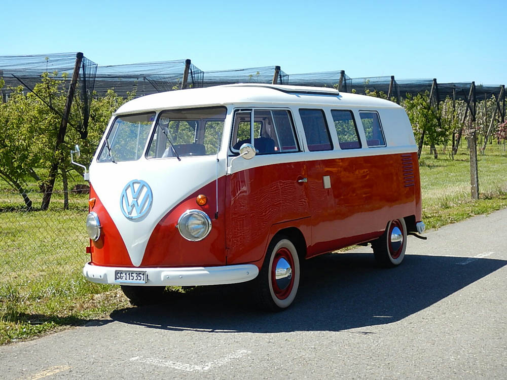 Ein alter VW-Bus am Radweg