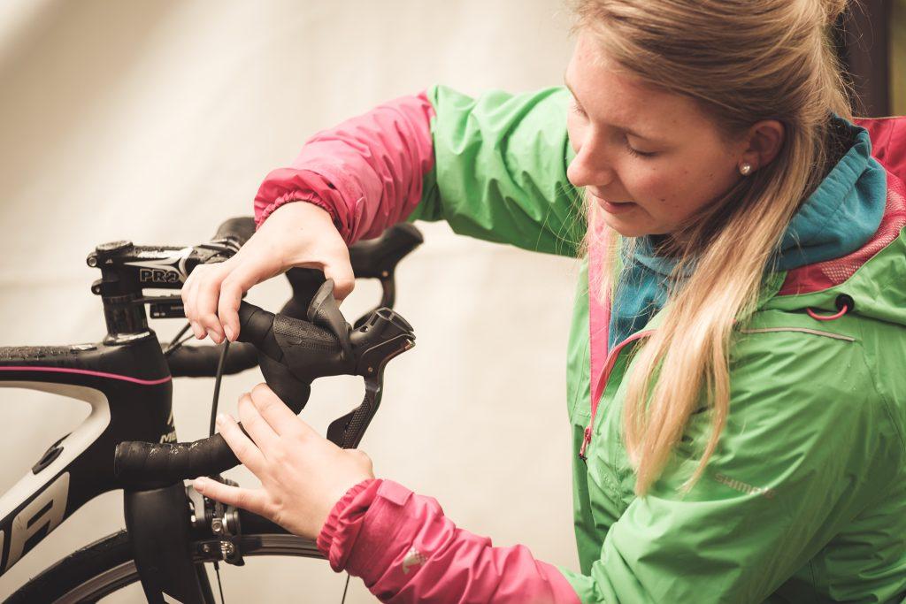 Irene gibt einen Technik-Workshop rund ums Bike