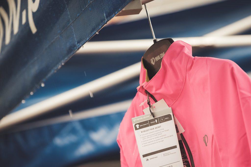 Regen am Pearl Izumi/SHIMANO Stand beim Women's Cycling Camp