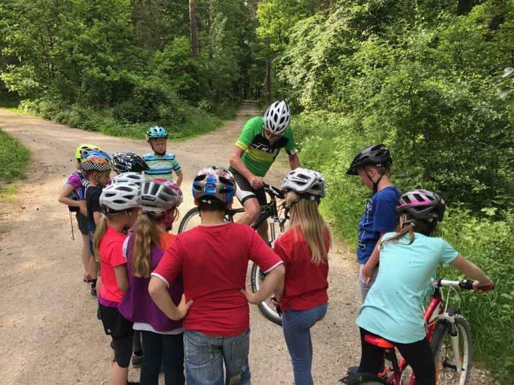 Aufmerksame Teilnehmer beim Fahrradkurs für Kinder