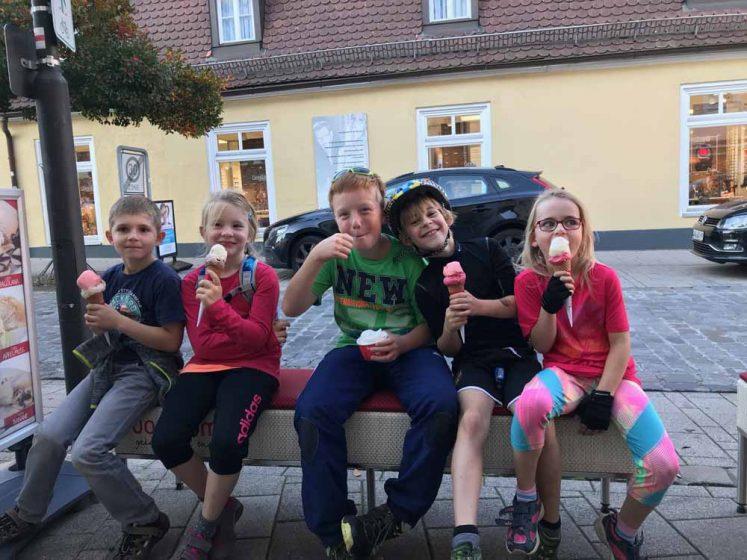 Fröhliches Eisessen beim Fahrradkurs für Kinder
