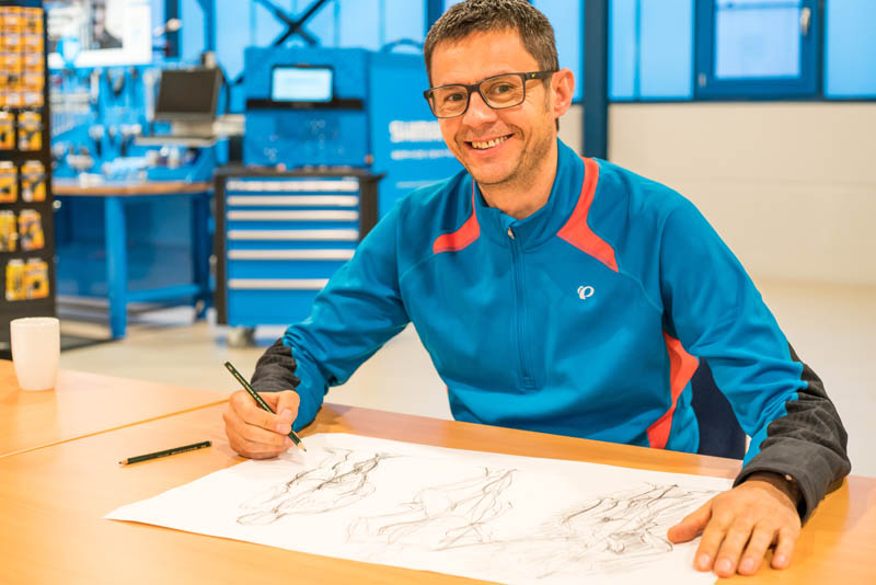 Dragan Kiefer zeichnet einen Körper