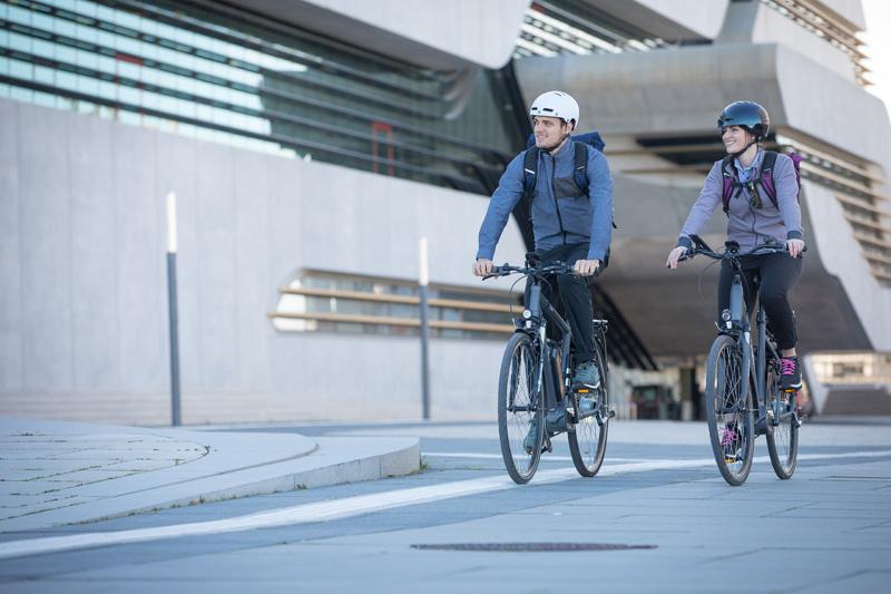 Ein Mann und eine Frau auf dem E-Bike