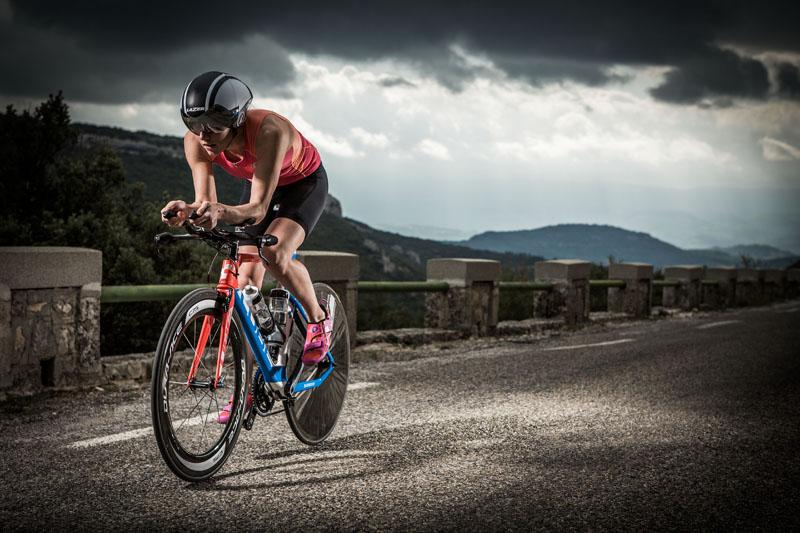 Svenja Bazlen trainiert auf dem Fahrrad