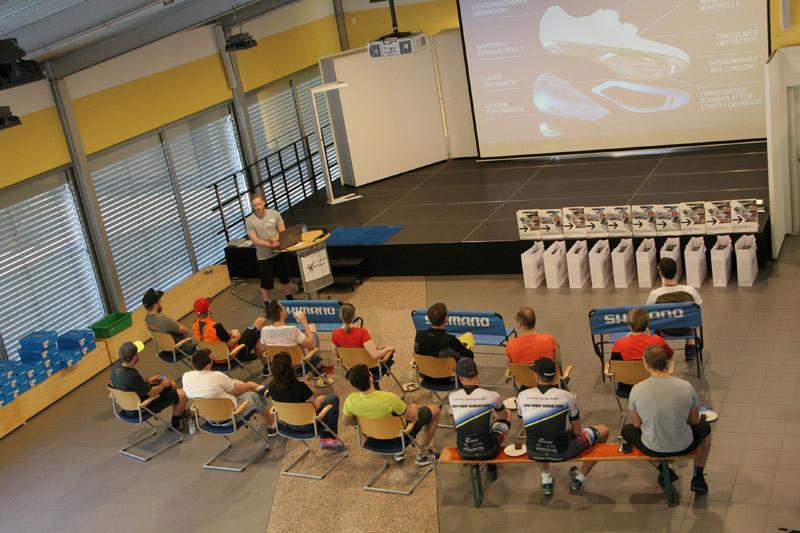 Gruppe von Menschen sitzen in der Firma Paul Lange