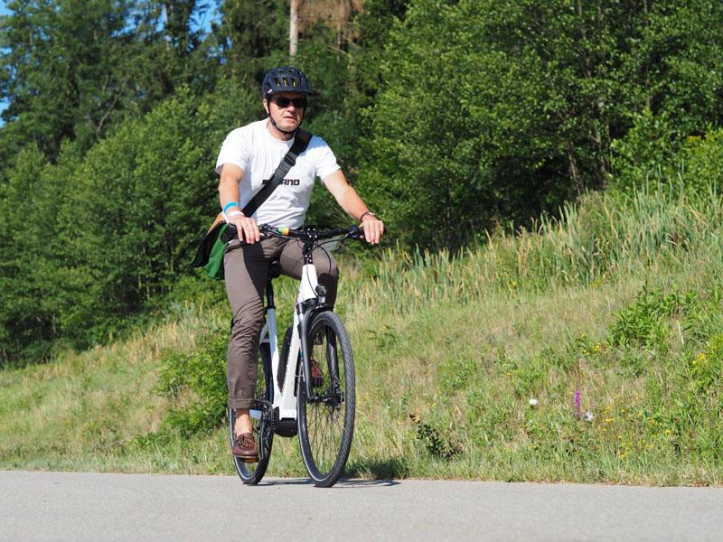 Mann fährt mit E-Bike