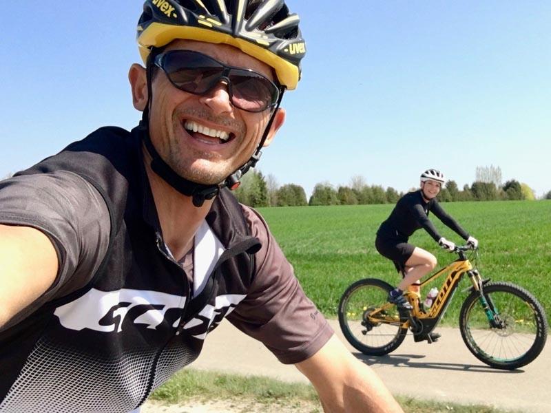 Michael Teuber fährt mit seiner Tochter auf dem E-Bike