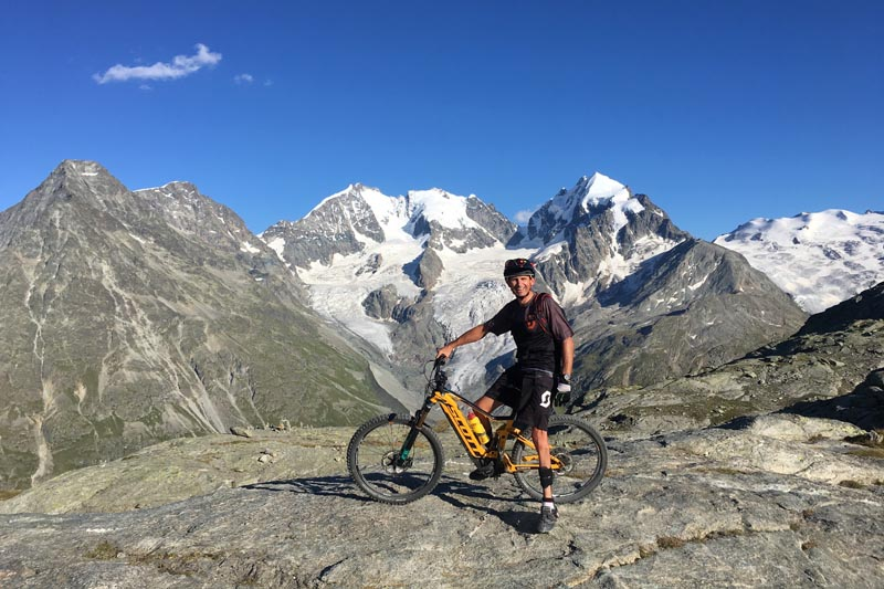 Michael Teuber trainiert mit E-Bike im Trainingslager