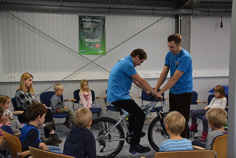 Begeisterte Kinder bekommen das Fahrrad erklärt