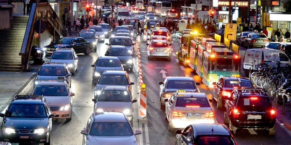 Typische Verkehrssituation vieler Großstädte in Deutschland - Stau
