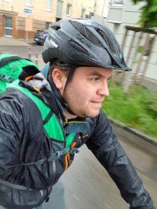 Radfahren im Regen mit dem E-Bike zur Arbeit