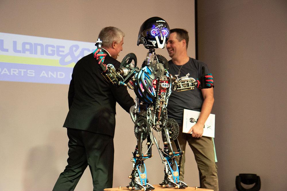 Bernhard Lange und Oliver Dürr mit dem Transformer Fahrradroboter