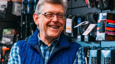Hans-Michael Holczer lächelnd in seinem Fahrradladen