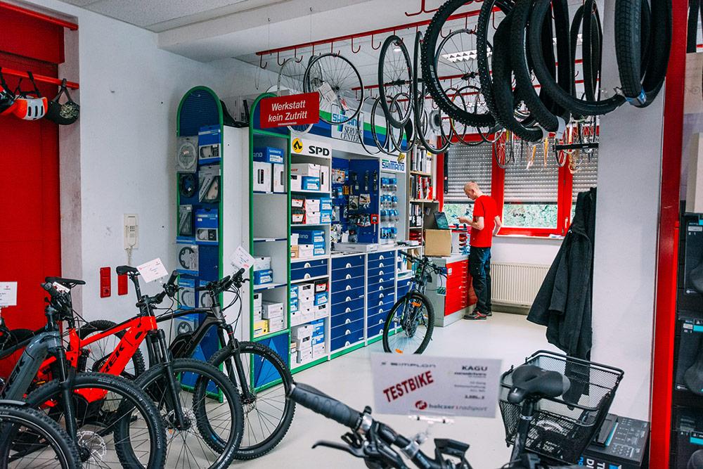 Fahrradladen mit SHIMANO SERVICE CENTER Wand von innen