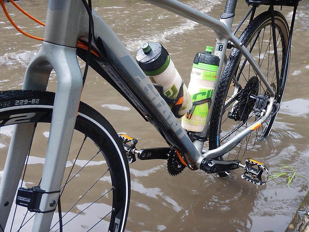 Mit dem Fahrrad durchs Hochwasser in Sulawesi Indonesien