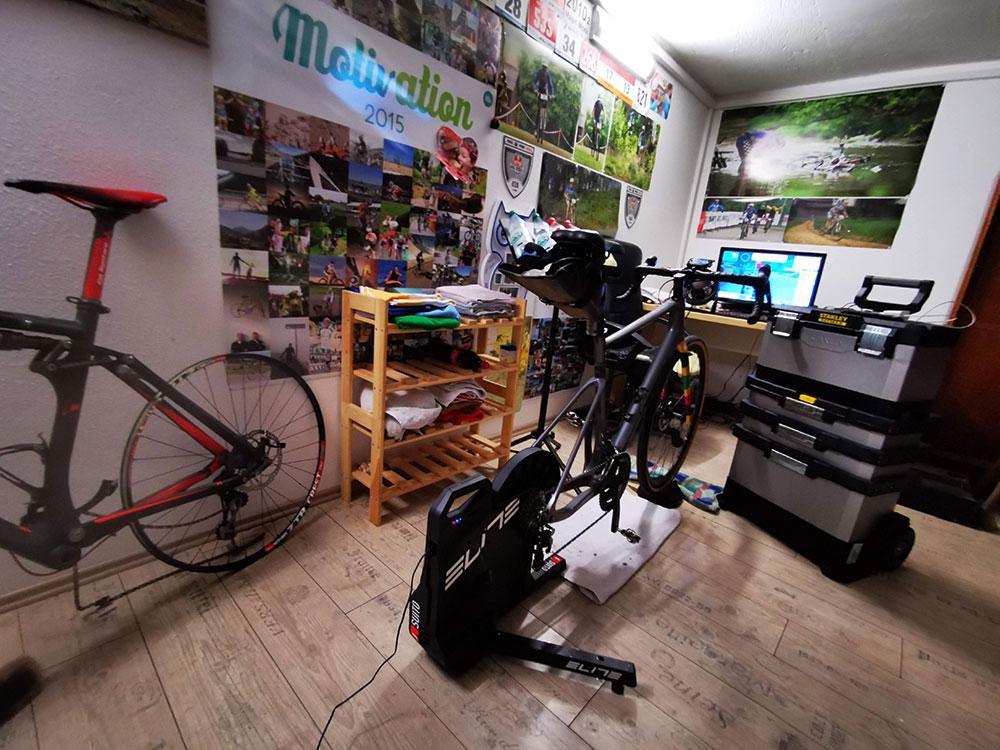 Paincave mit aufgebautem Elite-Trainer und Rennrad und PC mit Zwift-Software - Indoor Cycling leicht gemacht!