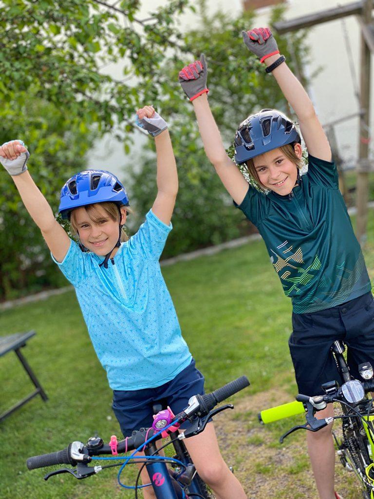 Kinder freuen sich über den Fahrradhelm Lazer Gekko mit Autofit - Kinderhelm