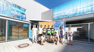 Drei Jungs Niclas, Maxim und Julian vor dem Fahrradhaus von Paul Lange