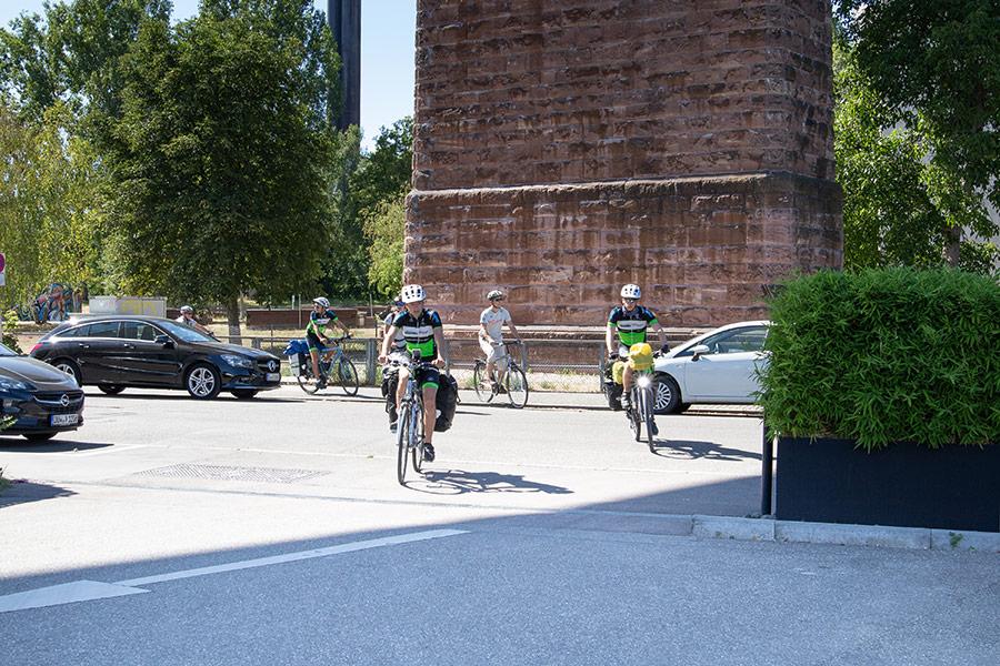 """Maxim, Niclas und Julian kommen auf ihrer Radreise in Stuttgart an - CJD-Radtour """"Eine Welt für alle"""""""