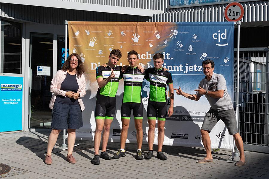 Dorothea Kliche-Behnke und Konrad Weyhmann umrahmen die drei Radfahrer-Jungs aus Rostock