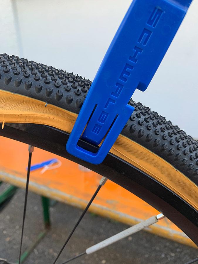 Montierhebel fixiert Reifen - Umrüstung auf Tubeless