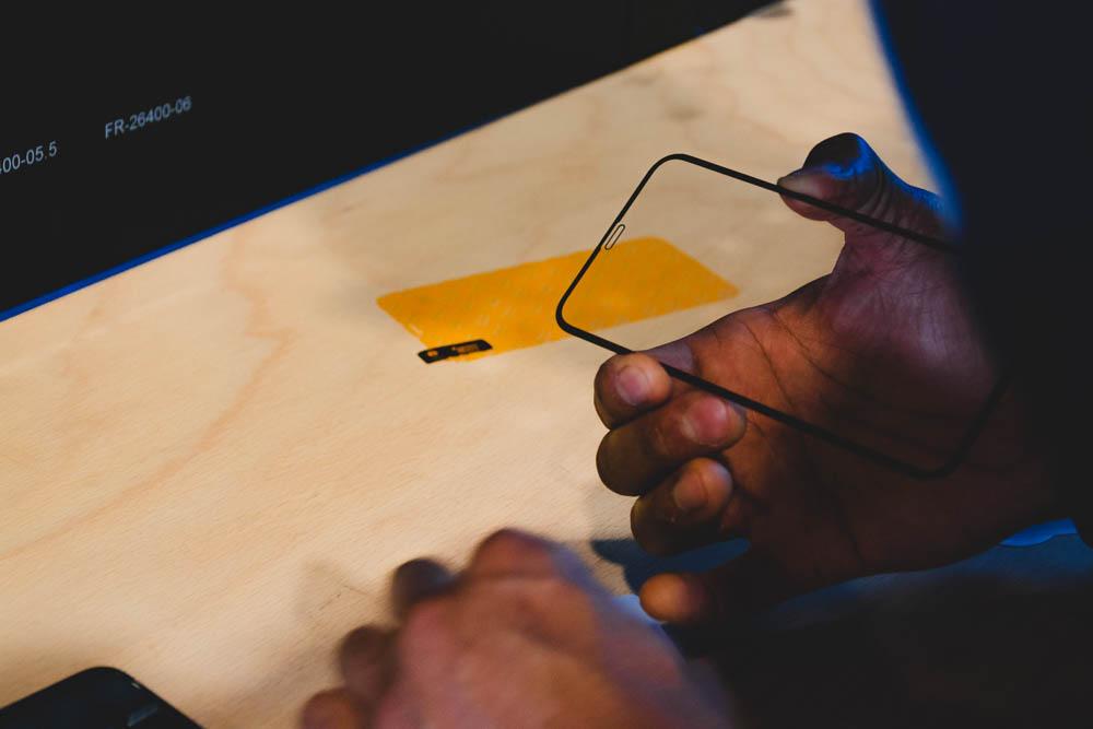 Panzerglass Displayschutz halten um es auf dem Smartphone zu platzieren