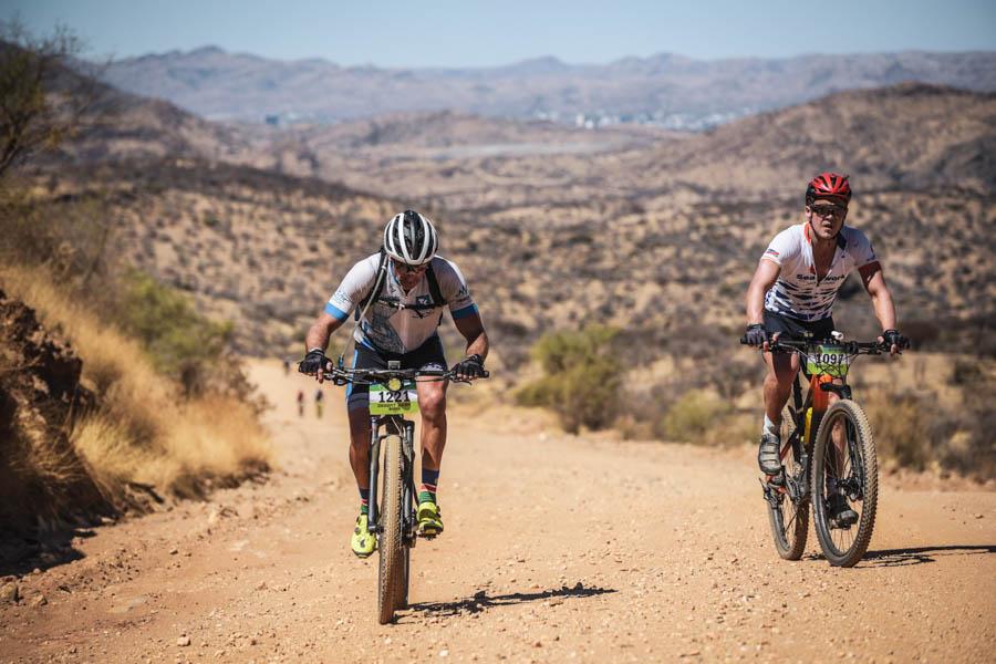 Durch die Wüste in einer Gruppe - Andreas Niedrig in Namibia auf dem Mountainbike.