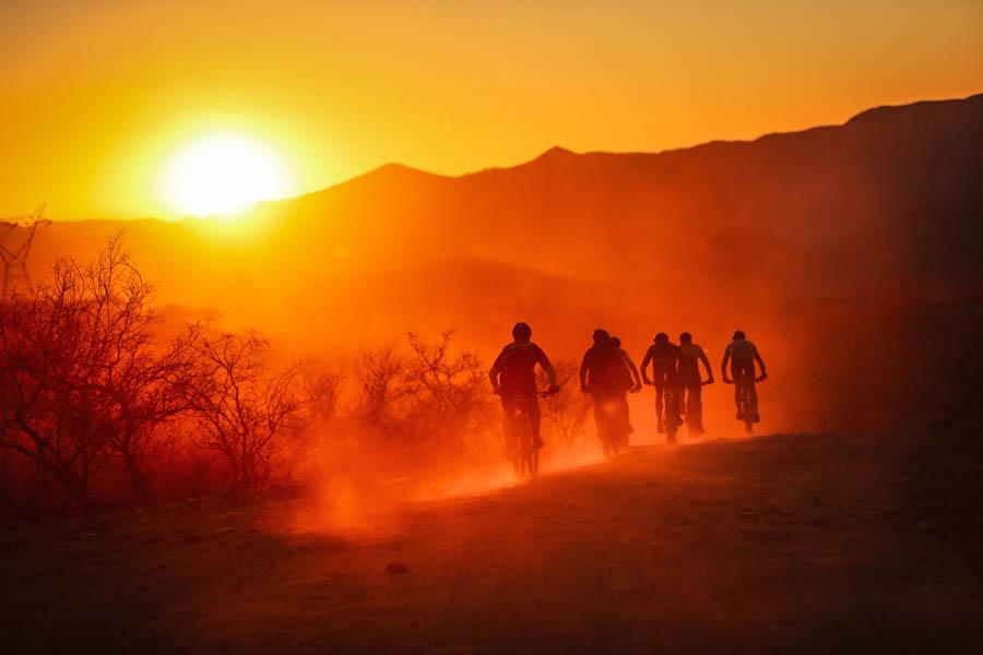 Desert Dash im Sonnenuntergang - Mountainbike-Fahren mit Andreas Niedrig.