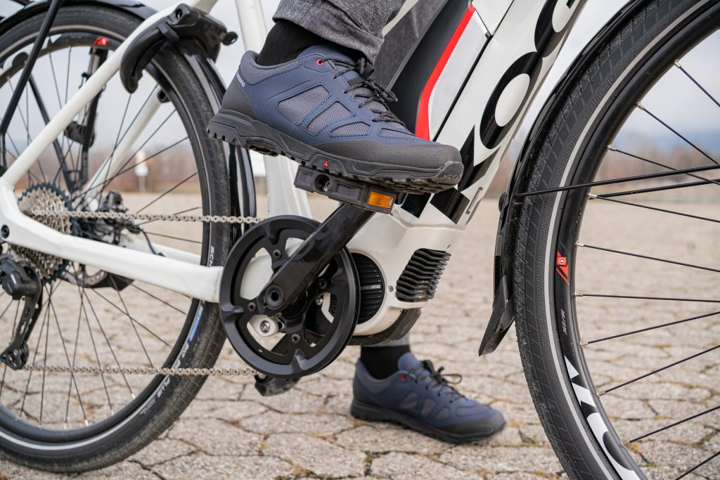 Richtige Position des Fußes auf dem Pedal beim E-Bike-Fahrtechnik-Training.