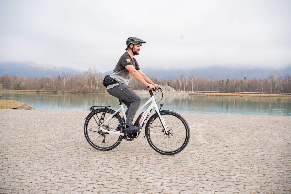 Grundposition E-Bike-Fahrtechnik-Training aufrecht.