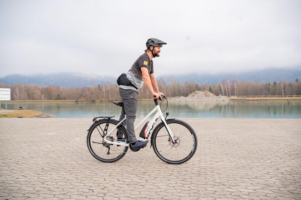 Grundposition im Stehen beim E-Bike-Fahrtechniktraining mit Andy Rieger.