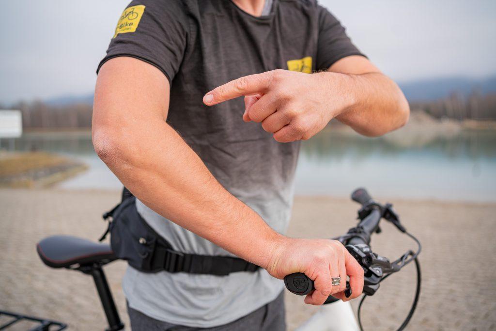 Gebeugter Ellenbogen beim E-Bike-Fahren, Fahrtechnik mit Andy Rieger.