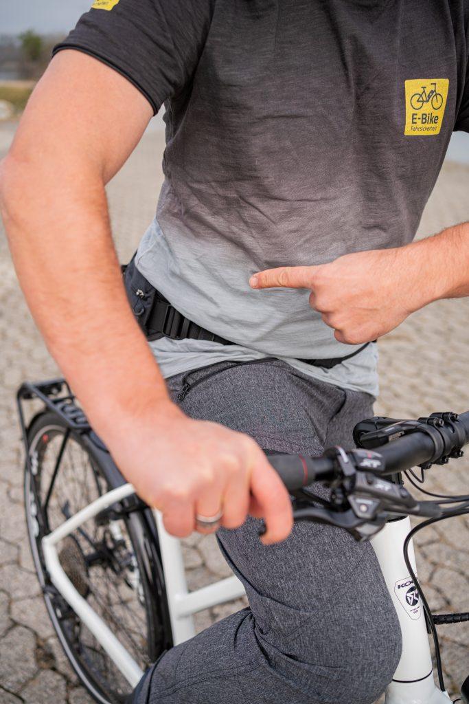 Angespannter Rumpf führt beim E-Bike-Fahren für eine stabile Position - mit Andy Rieger beim Fahrtechniktraining.