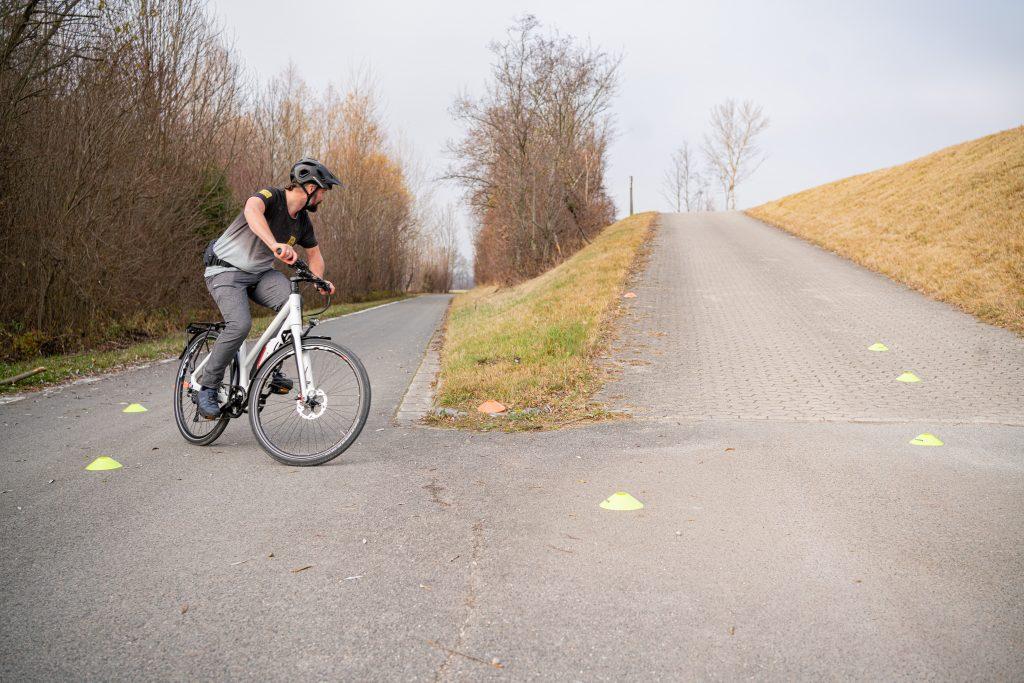 Blickführung bei Kurveneinfahrt beim E-Bike-Fahrtechnik-Training mit Andy Rieger.
