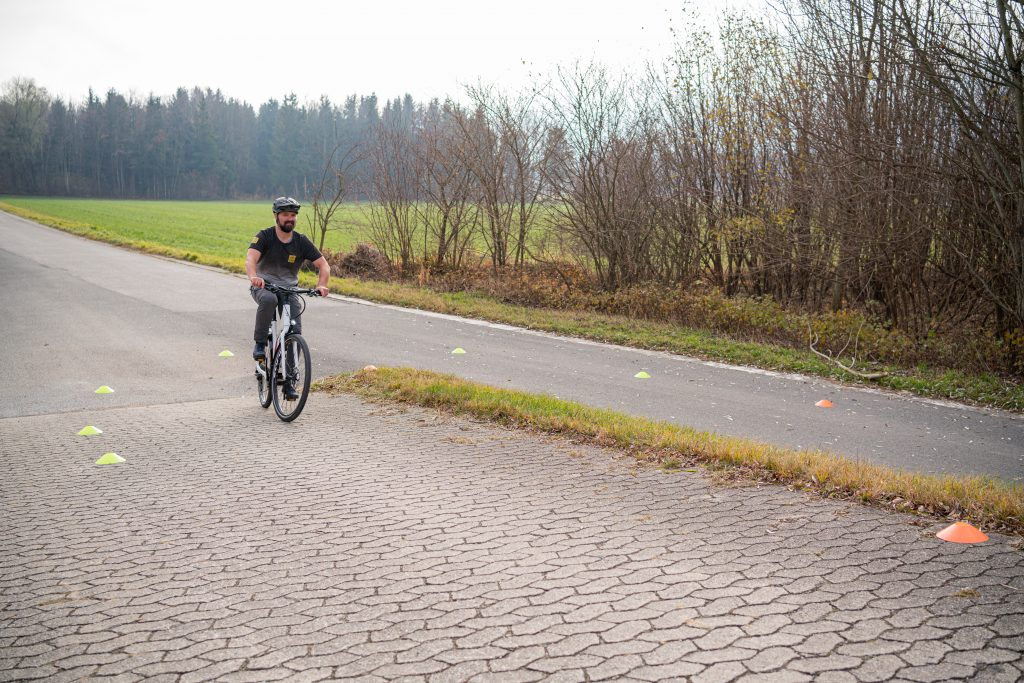 Kurven Blickführung in der Mitte der Kurve mit E-Bike.