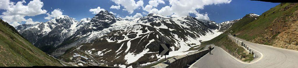 Blick hinab auf zahlreiche Serpentinen auf der Transalp miit dem Gravelbike durch die Alpen.