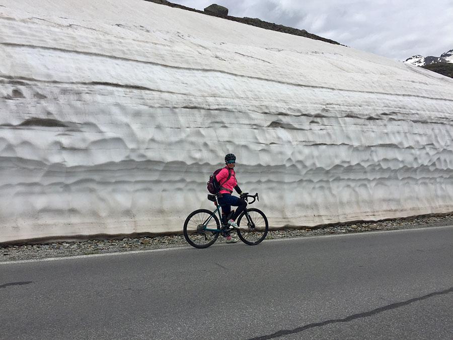 Vorbei an hohen Schneewänden