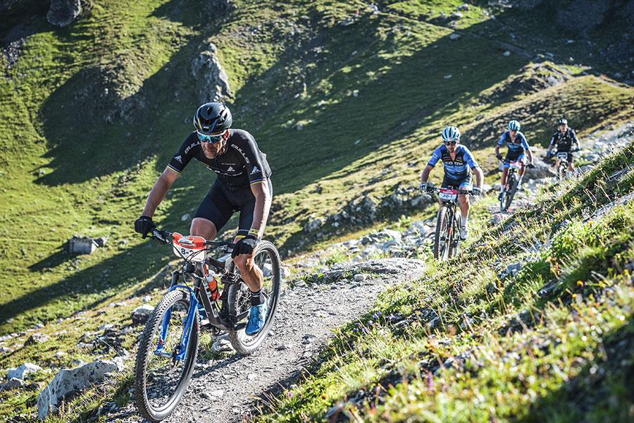 Alban Lakata in den Bergen, draußen mit anderen Mountainbikern