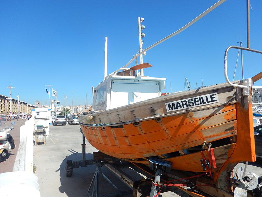 Altes Fischerboot im Hafen von Marseille auf der Radroute an der Küste von Italien über Frankreich nach Spanien.
