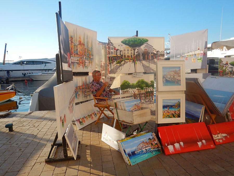 Im Hafen von Saint Tropez finden sich viele Maler mit wunderschönen Bildern.