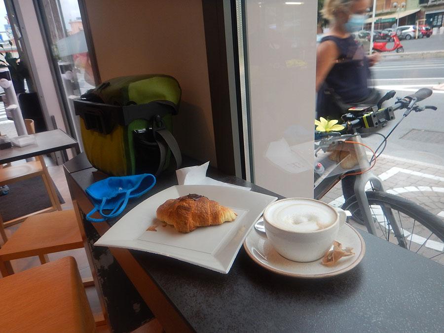Typisches französisches Frühstück am Beginn der Tour