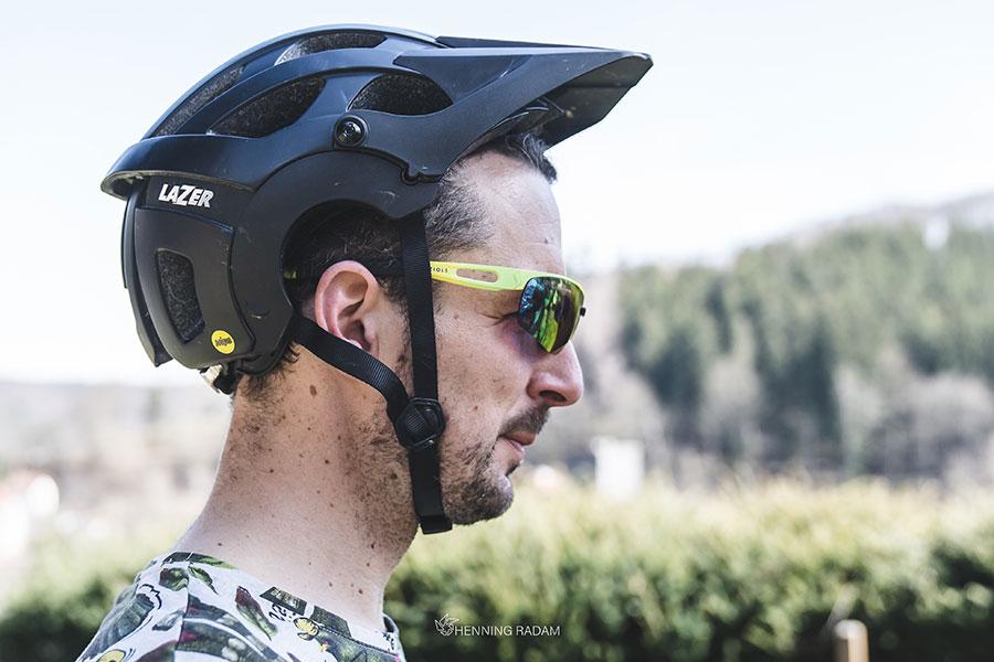 Mann hat einen Fahrradhelm auf dem Kopf, der zu weit nach hinten gerutscht ist