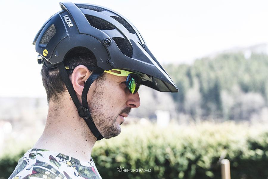 Mann hat einen Fahrradhelm auf dem Kopf, der zu weit nach hinten über den Kopf gerutscht ist