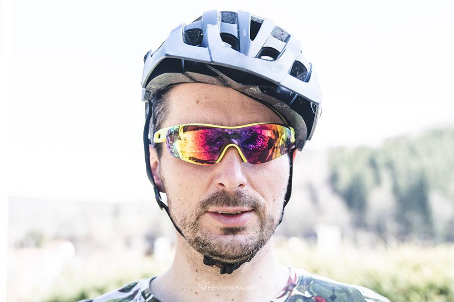 Mann hat einen Fahrradhelm auf dem Kopf, der schräg auf dem Kopf sitzt