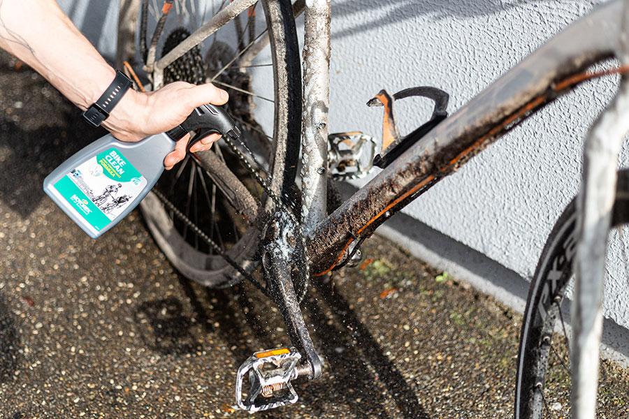 Fahrradreiniger großflächig aufsprühen und 5 Minuten einwirken
