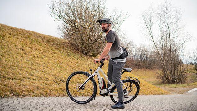 Mit festem Stand hat man Kontrolle über das E-Bike. Fahrtechniktraining mit Andy Rieger.