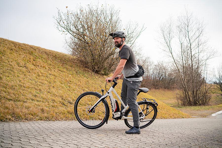 Mit festem Stand hat man Kontrolle über das E-Bike. Fahrtechniktraining mit Andy Rieger. Aufsteigen und Absteigen.